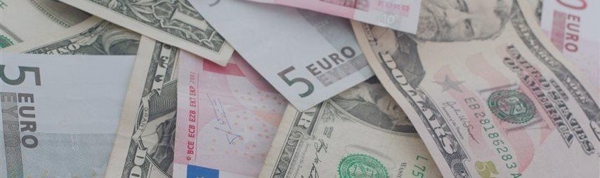 Доллар рухнул ниже 62 рублей, евро обновляет годовые минимумы