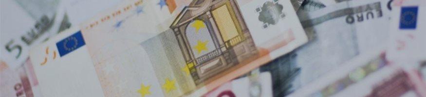 Евро впервые с июля 2015 года упал ниже 63 рублей