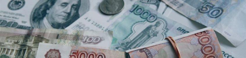 Доллар слабеет к рублю и основным валютам