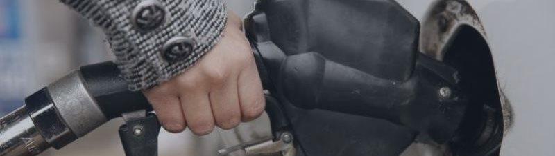 Нефть дешевеет, но находится вблизи многонедельных максимумов