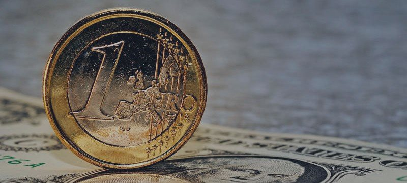 Евро взял передышку в «медвежьем» ралли против доллара